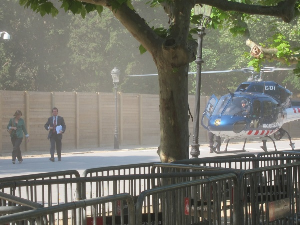 Artur Mas arribant a la feina en transport públic.