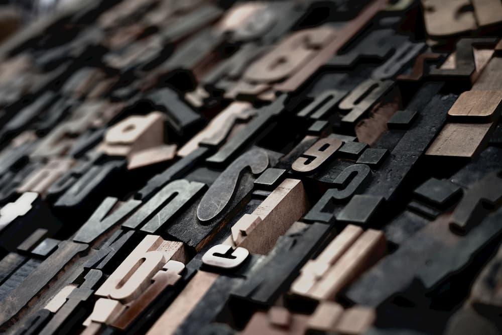 Imagen de varias figuras de letras de varios colores amontonadas