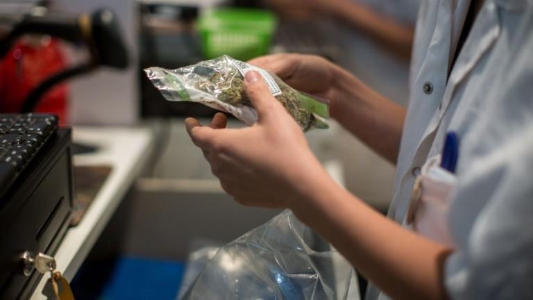 Un farmaceuta dispensa marihuana médica en la tienda Tikun Olam, en Tel Aviv. Foto de Hadas Parush/FLASH90.
