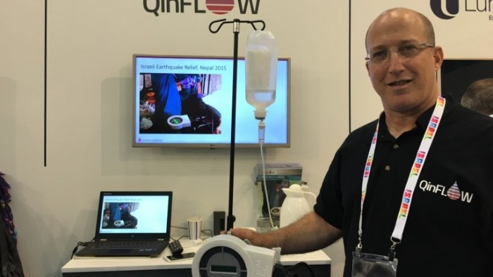 Ariel Katz, de QinFlow, demuestra el calentador en la Conferencia Médica de Dusseldorf, que se llevó a cabo recientemente. Cortesía.