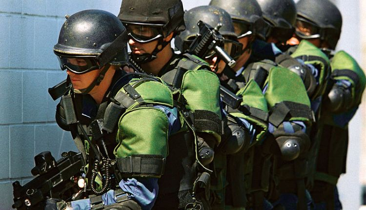 800px-US_Customs_and_Border_Protection_officers
