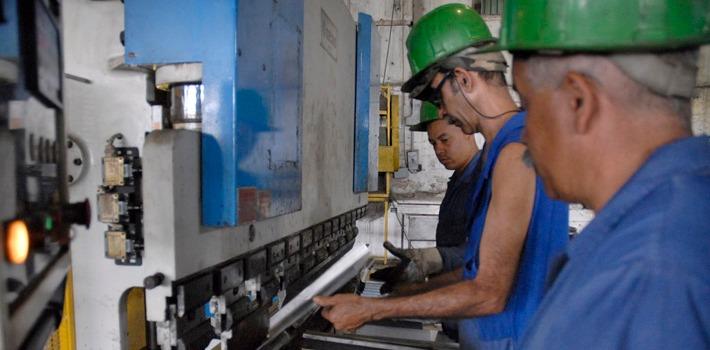 Reportaje en la fabrica Inoxidable Varona. Municipio Guanabacoa.13 de marzo de 2012.Foto: Agustín Borrego Torres.REALIZADA:13/03/2012FUENTE:TRABAJADORESFOTOGRAFO:BORREGO, AGUSTINOBSERVACIONES:MATERIA/METALURGIA/EMPRESA DE INOXIDABLES VARONA