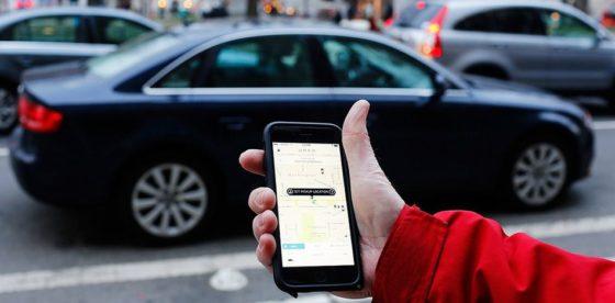 """Gobierno de Bachelet impulsa ley para limitar y """"taxificar"""" servicios como Uber"""