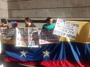 80 activistas se manifestaron frente al Congreso argentino. (PanAm Post)