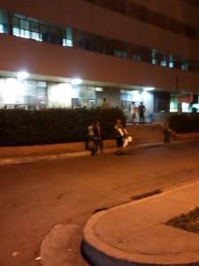 Cubanos entrando con todo tipo productos al hospital. (PanAm Post)