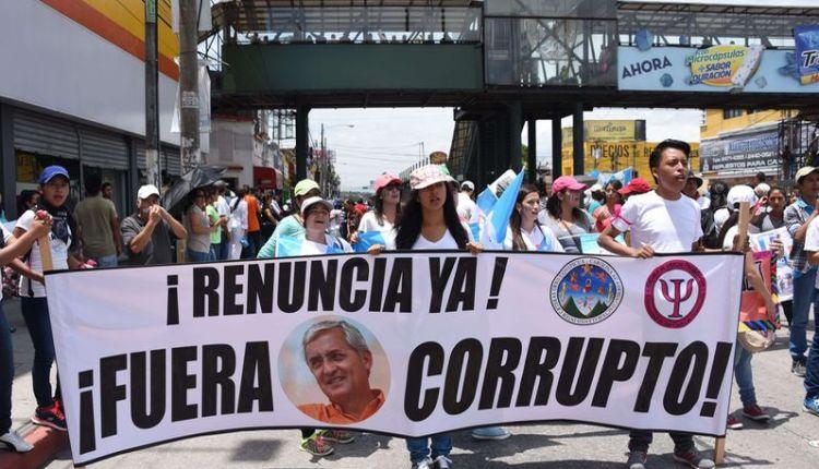 Manifestantes piden la renuncia del Presidente de Guatemala.  (La Nación)