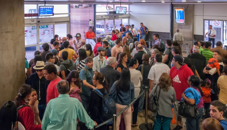 People_line_in_Maiquetía_Airport