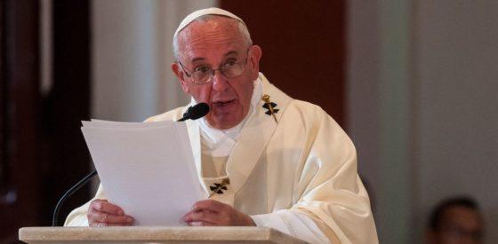 Queman tres iglesias en la primera noche del papa en Chile