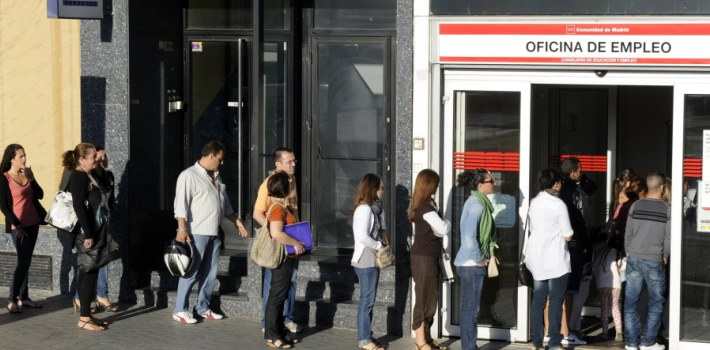 (FILES) – A photo taken on September 04, 2012 shows people waiting in line at a government employment office in the center of Madrid. Spain's unemployment rate soared to a new record of 27.16 percent in the first quarter of 2013 as the number of jobless surpassed six million, official data showed on April 25, 2013. The unemployment rate was up from 26.02 percent in the previous quarter. The number of unemployed climbed by 237,400 people to 6.2 million, the National Statistics Institute said.   AFP PHOTO/DOMINIQUE FAGET