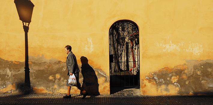 Mujer caminando por una calle de Praga, República Checa. Fuente: Juan Rubiano.