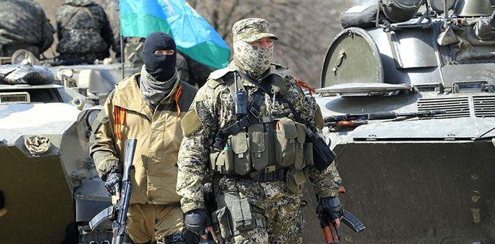 Hombres armados hacen guardia en un edificio estatal regional tomado por separatististas pro-Rusia en la ciudad oriental ucraniana de Slavyansk