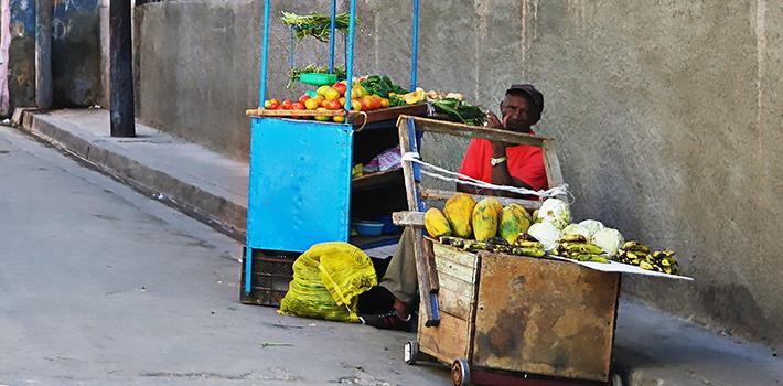 Vendedor ambulante en La Habana, Cuba.  Fuente: MW Kitchen.