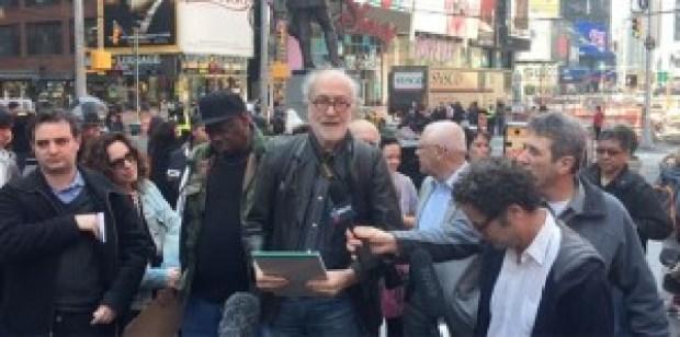 Hans Haacke, durante la lectura del manifiesto en Times Square en favor de Tania Bruguera (Twinesocial)