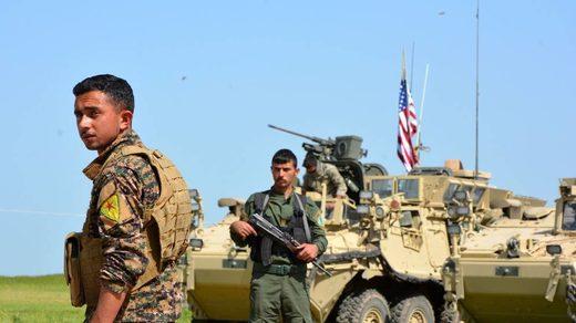 Milicianos kurdos haciendo guardia en un blindado de los EEUU.