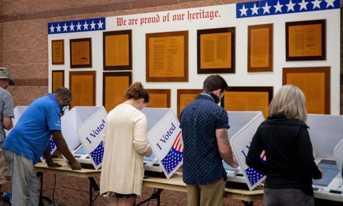 Los votantes emiten sus votos en las urnas en el lugar de votación anticipada del Charleston Coliseum and Convention Center en North Charleston, Carolina del Sur, el 16 de Octubre del 2020. (Logan Cyrus/AFP vía Getty Images)