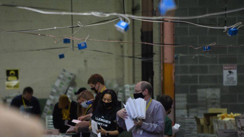 Empleados organizan las boletas de votos en el centro electoral del condado de Allegheny el 7 de Noviembre del 2020 en Pittsburgh, Pennsylvania, EE.UU. (Jeff Swensen/Getty Images)