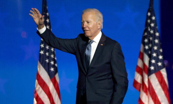 El candidato presidencial demócrata Joe Biden habla en un evento en la noche de elecciones en el Chase Center en Wilmington, Delaware, las primeras horas de la mañana del 4 de Noviembre del 2020. (Win McNamee/Getty Images).