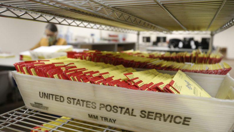 Boletas electorales por correo en la oficina electoral del condado de Salt Lake en Salt Lake City, Utah, el 29 de Octubre del 2020. (George Frey/AFP a través de Getty Images)