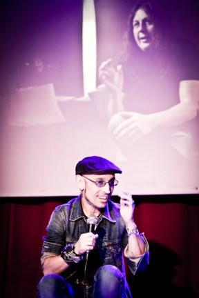 Fito con Carlos Raya proyectado en la pantalla.
