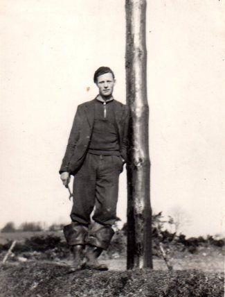 slevin-tim_leaning-on-rural-pole
