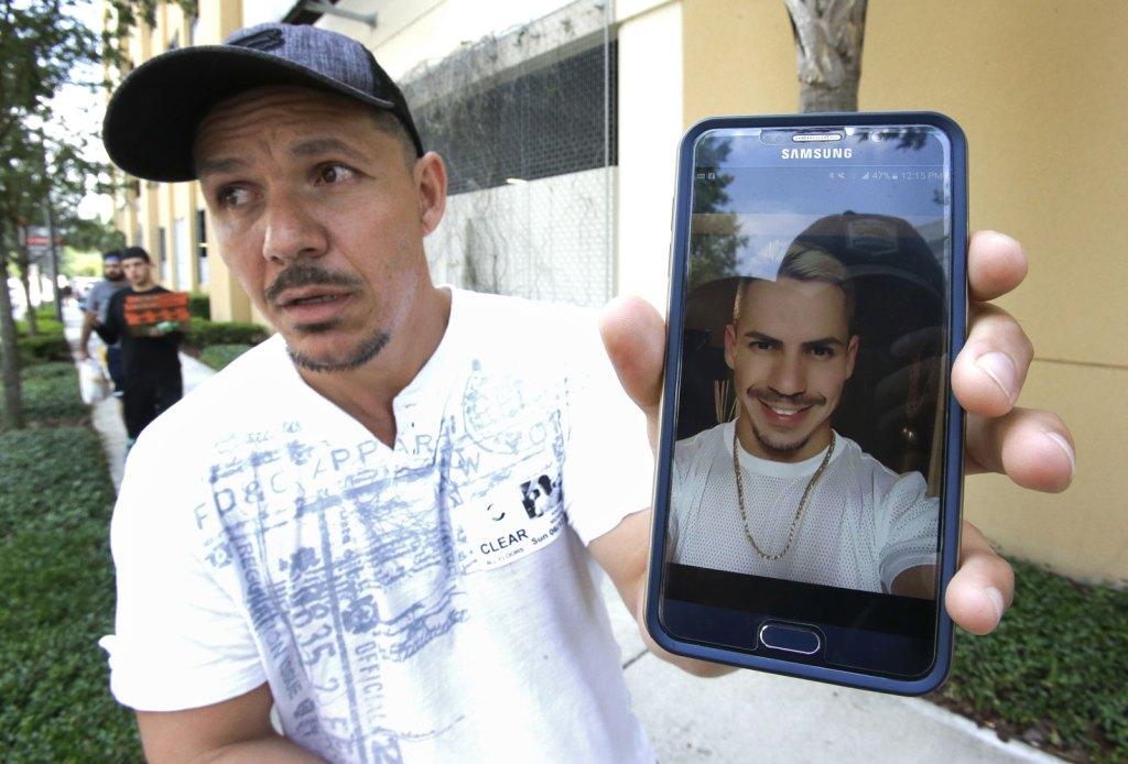 Ángel Méndez busca a su hermano Jean, afuera del Orlando Regional Medial Center. Había acudido al club Pulse, la noche del sábado. (AP)