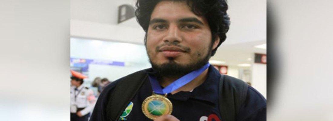 Francisco Gómez Hernández, conocido como Lord Matemáticas, le da medalla de oro a México