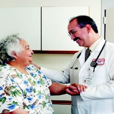 Hacen falta más médicos que hablen español