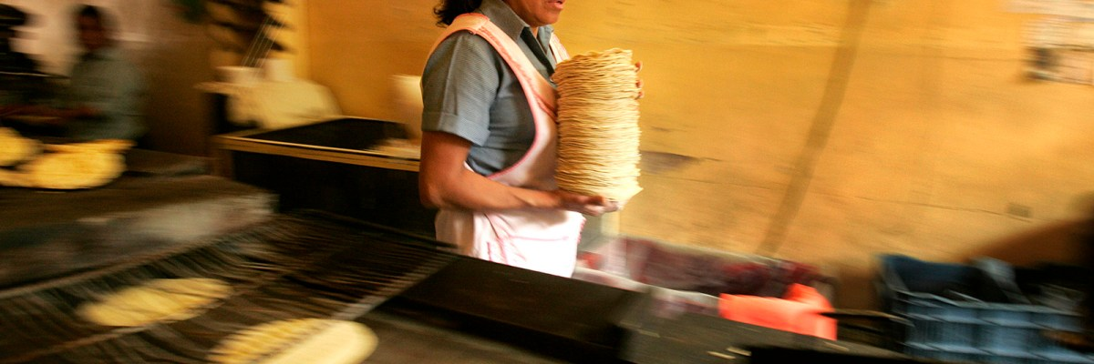 Tortilla maker Leticia Balino gathers a pile of tortillas in her shop in Mexico City, Mexico, Wednesday, Jan. 10, 2007.  Tortillas, one of Mexico's most closely regulated commodities, rose in price this month, from seven to ten pesos for one kilo.  (AP Photo/Gregory Bull)  ** zu unserem Korr **