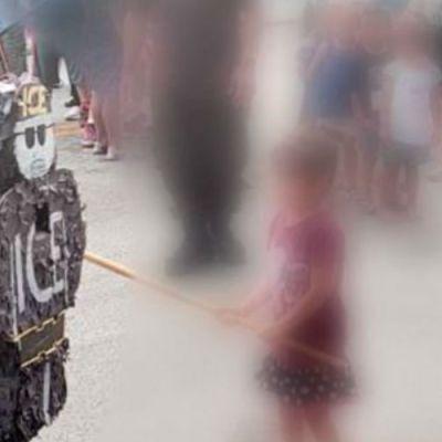 Comunidad en Chicago rompe piñata con figura de agente migratorio