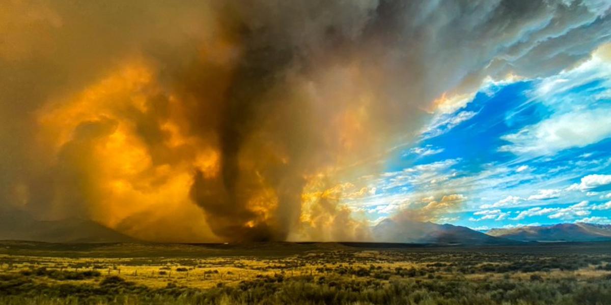 Impresionante tornado de fuego arrasa con la frontera de California y Nevada