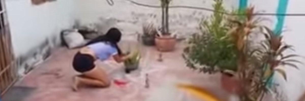 """Graban en video a mujer preparando el famoso amarre con """"agua de calzón"""""""