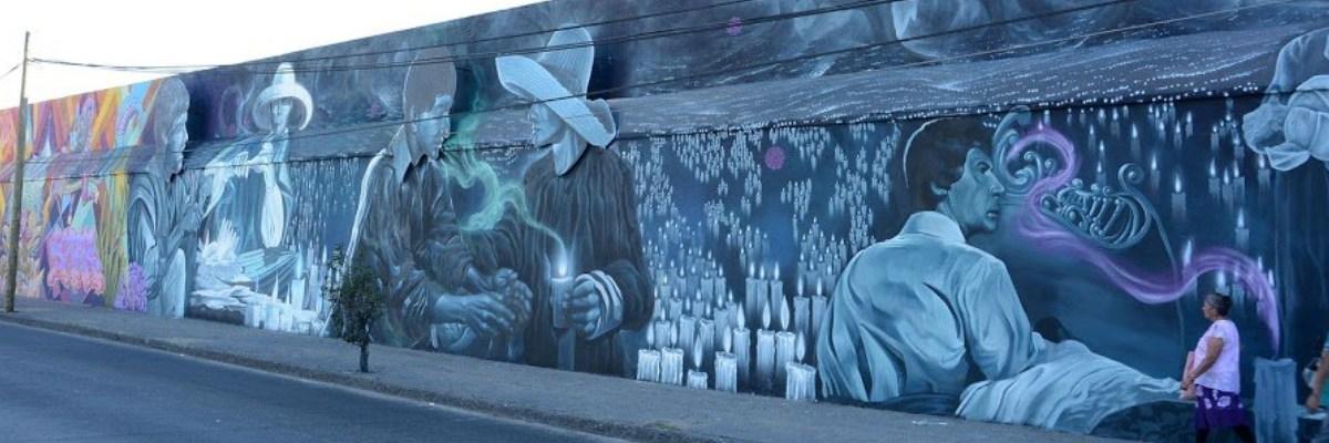 """Artistas urbanos remodelan el """"Mural a la muerte"""" en un panteón de Guanajuato"""
