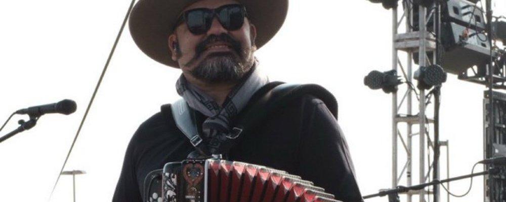 """Líder de Intocable presume que se vacunó contra COVID-19 por """"palancas"""""""