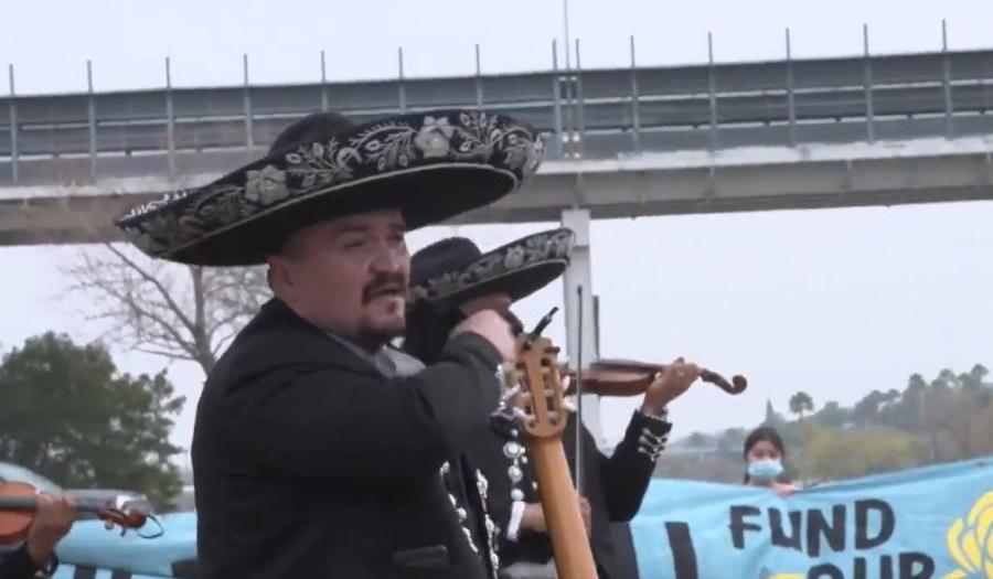 Celebran con mariachis en el Río Bravo la cancelación del muro fronterizo
