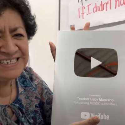 'Teacher Gaby' recibe placa de YouTube por su canal de clases de inglés