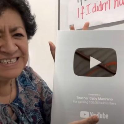 'Teacher Gaby' recibe placa de YouTube por su canal de clases de inglés