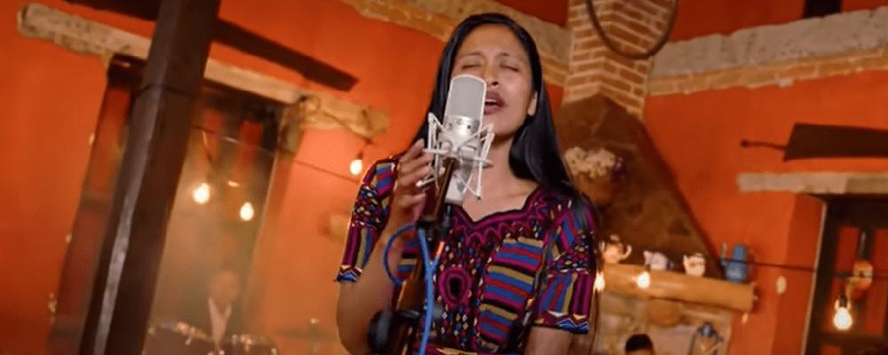 Empleada de tortillería salta a la fama por cantar como Ana Gabriel