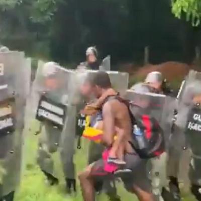 Migrante reta a la Guardia Nacional a que lo maten con su hijo en brazos