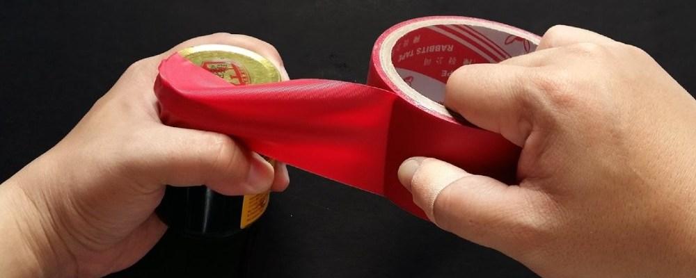 Maestra le pega con cinta el cubrebocas a un niño de 9 años