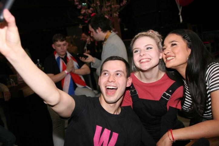 EiC 2019 Serie 1 Eurovision in Concert Amsterdam William ist Selfiefieber mit Carlotta und Laurita