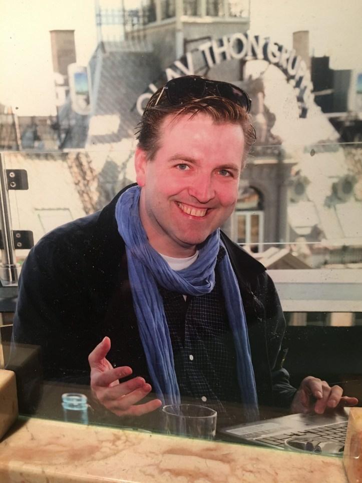 Oslo Blogger Peter Dachterrasse Grandhotel beim Bloggen ueber Lena