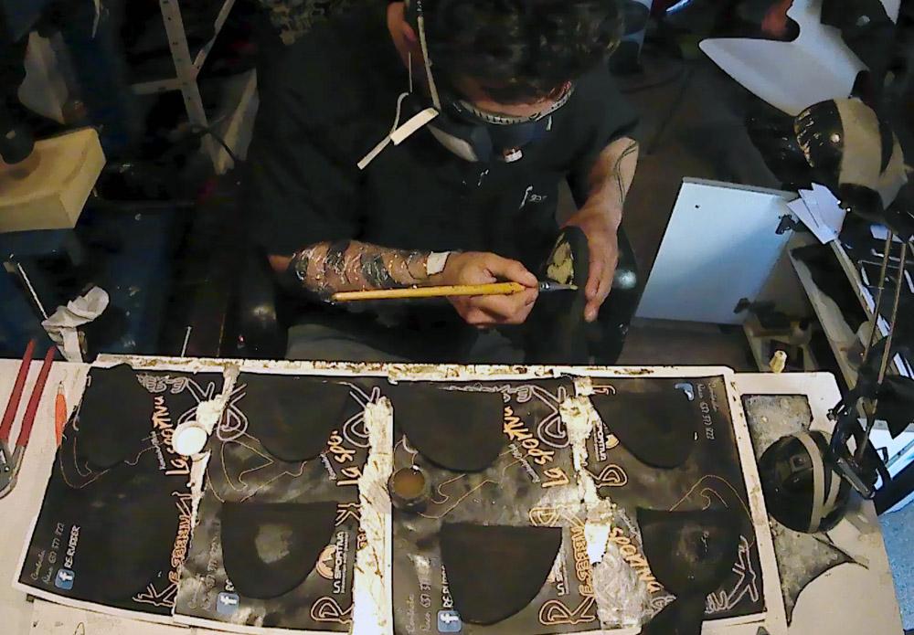 Preparando las suelas para ser pegadas dentro de la tercera fase del resolado de un pie de gato