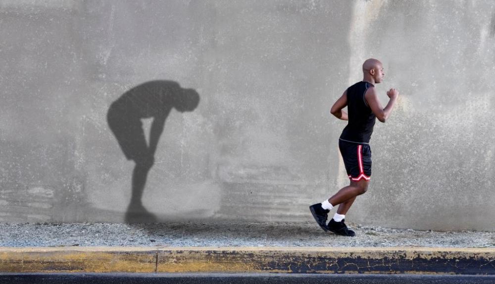 El sobreentrenamiento se produce consecuencia de una inacabable búsqueda de la perfección en el rendimiento, muchos deportistas dedican tanto tiempo como pueden al entrenamiento, creyendo que cuanto más se entrenan, mejores resultados alcanzarán.