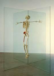 """FIGURA 210 - Instalação """"Resurrection"""", de Damien Hirst (1998)"""