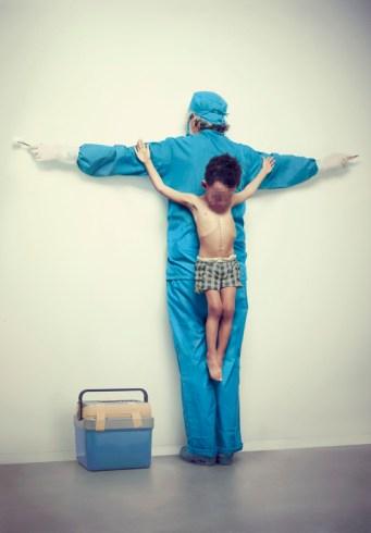 """FIGURA 246 - Fotografia da série """"The Untouchables"""", de Eric Ravelo, uma crítica à violência contra as crianças"""