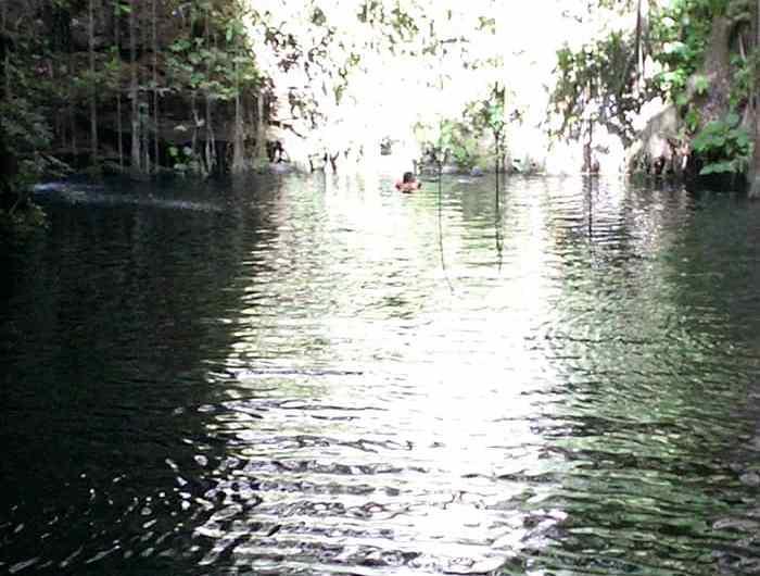 Una mirada al Cenote Azul Sagrado en Cancun, Mexico