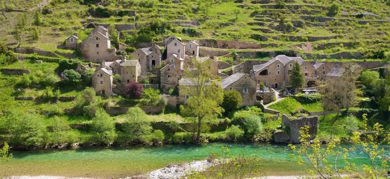 pueblo a orillas del río verdon