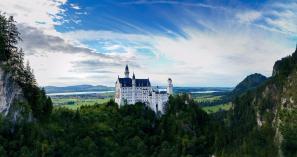 castillo de neuschwanstein en la colina
