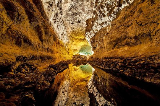 lago subterráneo en la cueva de los verdes
