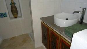 Maison d'hôtes à Djerba : chambre coin salle de bain